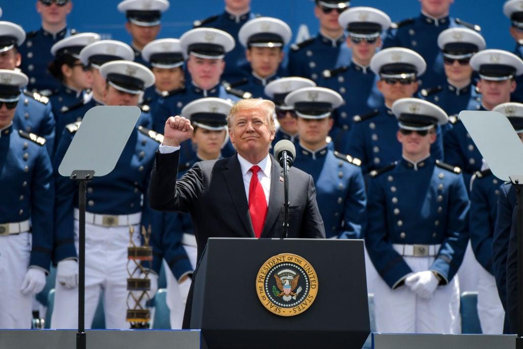最新民調顯示,48%的人讚成特朗普正在做的工作,從今年3月份的支持率45%上升了3個百分點。(Michael Ciaglo/Getty Images)