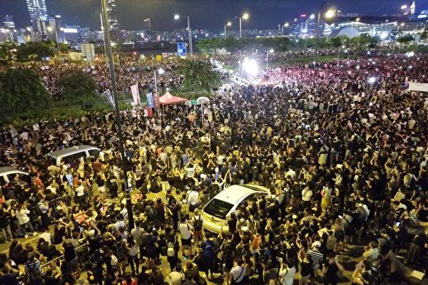 香港市民6月26日晚到中環愛丁堡廣場集會,趁G20峰會前夕,藉國際壓力再向特區政府施壓,要求回應五大訴求。(宋碧龍/大紀元)