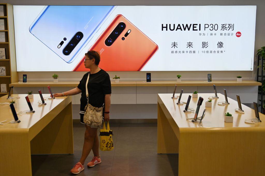 受美國出口禁令的影響,華為2020年的智能手機年出貨量將比2019年下降三成左右。(Hector Retamal/AFP/Getty Images)