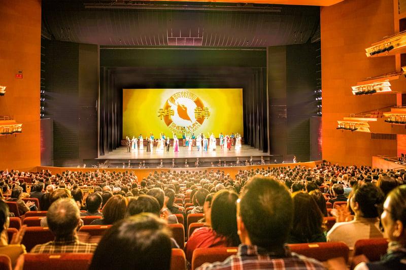 2020年美國神韻紐約藝術團於聖誕節晚上,在日本名古屋愛知縣藝術劇場(Aichi Arts Center)進行了首場演出。(牛彬/大紀元)