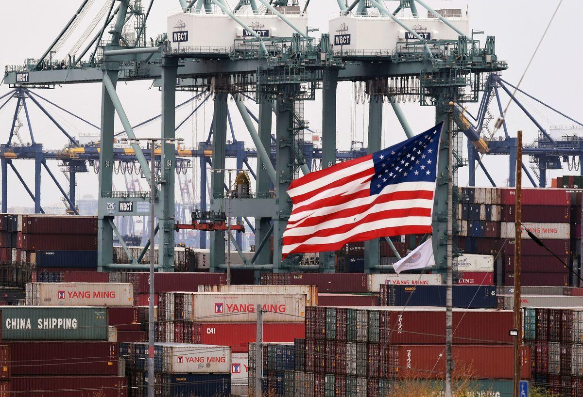 中美貿易戰爆發迄今,美國政府一年間總共收到了630億美元的中國進口關稅。圖為美國加州長灘的港口。 (MARK RALSTON/AFP/Getty Images)