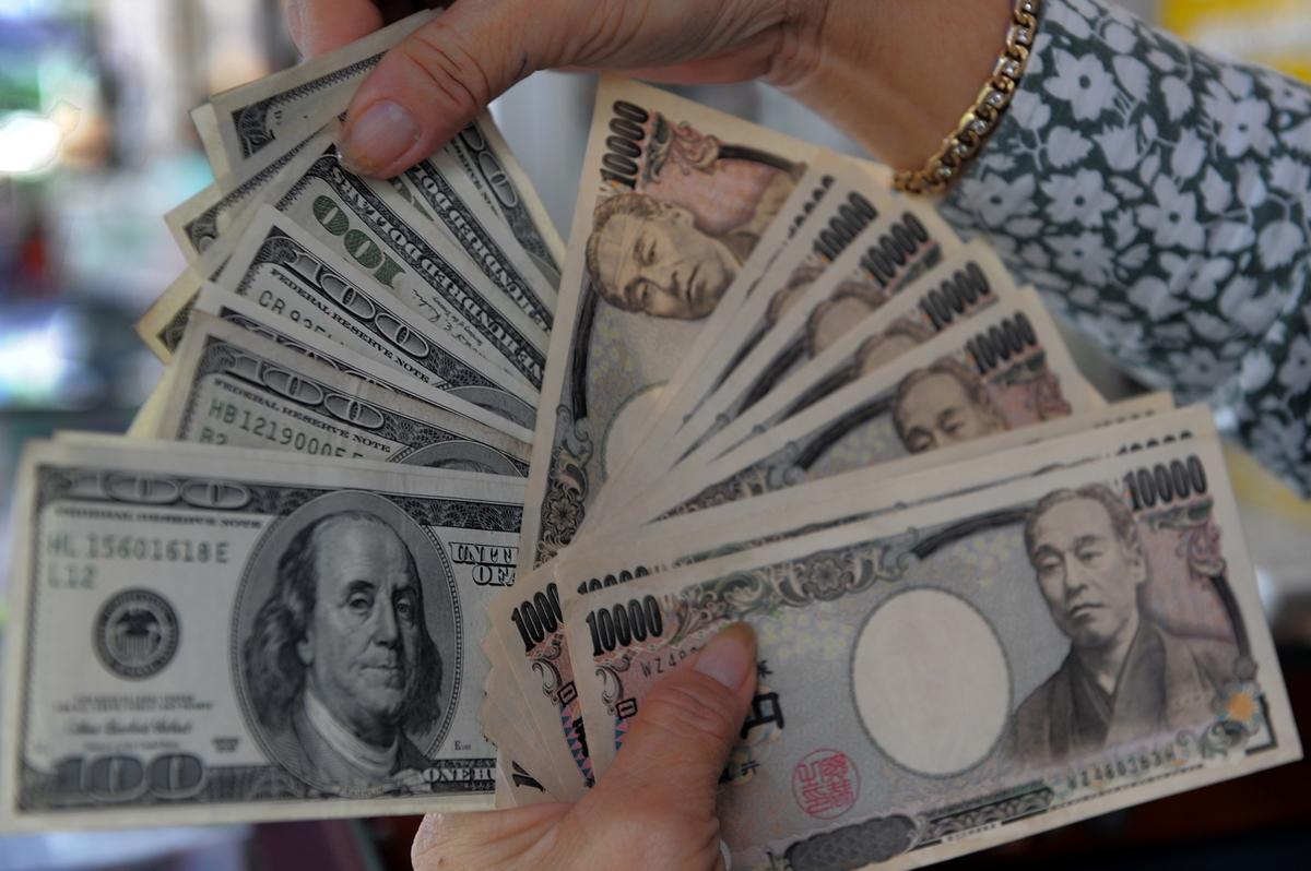 2021年3月26日數據顯示,美元在109.65日圓附近小幅波動,最終收盤於109.64日圓,明顯高於一周前的收盤價108.849日圓。(TANG CHHIN SOTHY/AFP via Getty Images)