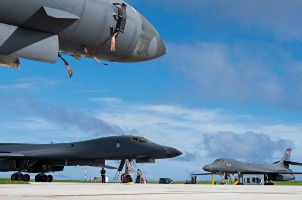 12月10日,B-1B 與F-22 戰機曾飛往南海,圖為地勤人員在整備飛機。(美國印太司令部)