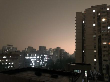北京時間5月21日下午3時,中共兩會中的全國政協十三屆三次會議召開之際,北京的天空突然變黑。(網絡圖片)