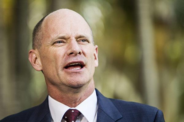 2015年1月6日,時任昆州州長的紐曼(Campbell Newman)在布里斯本的昆州議會大廈向媒體發表講話。 (Glenn Hunt/Getty Images)