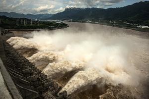 三峽大壩面臨創紀錄洪水襲擊 10孔洩洪