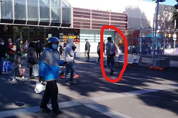 2020年6月28日,一名亞裔男子持刀破壞並搶走博士山法輪功攤位的三面橫幅。(Alex提供)