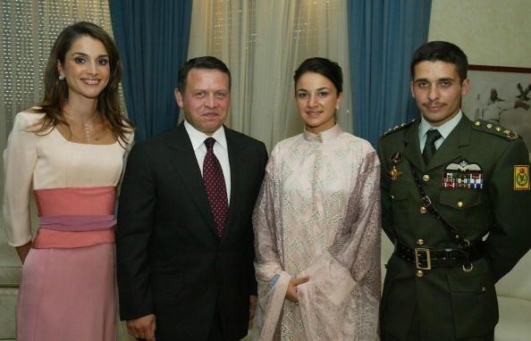 左起:現任約旦王后拉尼雅、國王阿卜杜拉二世、努爾(Noor)王妃及前王儲哈姆扎。(AFP/Getty Images,攝於2004年5月27日)