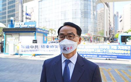 南韓法輪大法佛學會秘書長吳世烈博士接受採訪。(李裕貞/大紀元)