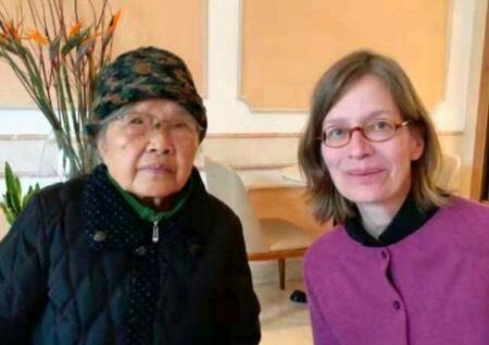2019年2月14日,「六四天網」創辦人黃琦的母親蒲文清(左)在維權人士陪同下至德國駐華大使館會見人權官員,當天晚上成都警方半夜上門抓人。(受訪者提供)