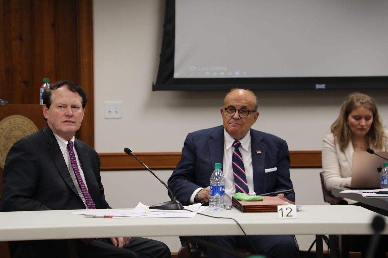 圖為美國佐治亞州參議院司法委員會2020年年底舉辦的選舉聽證會,特朗普法律團隊律師朱利亞尼(中)參加。(林樂予/大紀元)