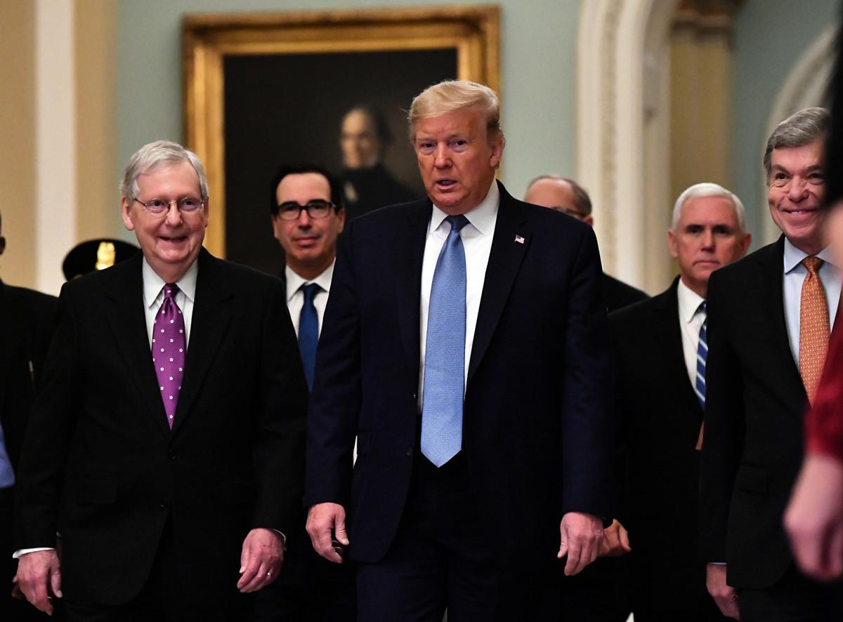 美國特朗普政府周二擬向國會提出經濟刺激方案,金額高達8,500億美元。圖為2020年3月10日,美國總統特朗普(中)、美國參議院多數黨領袖米奇・麥康奈爾(右)、財政部長史蒂文・姆欽、副總統邁克・彭斯和參議員羅伊・布朗特到達國會山,參加與參議員共和黨員一起的政策工作午餐會。(Nicholas Kamm/AFP)