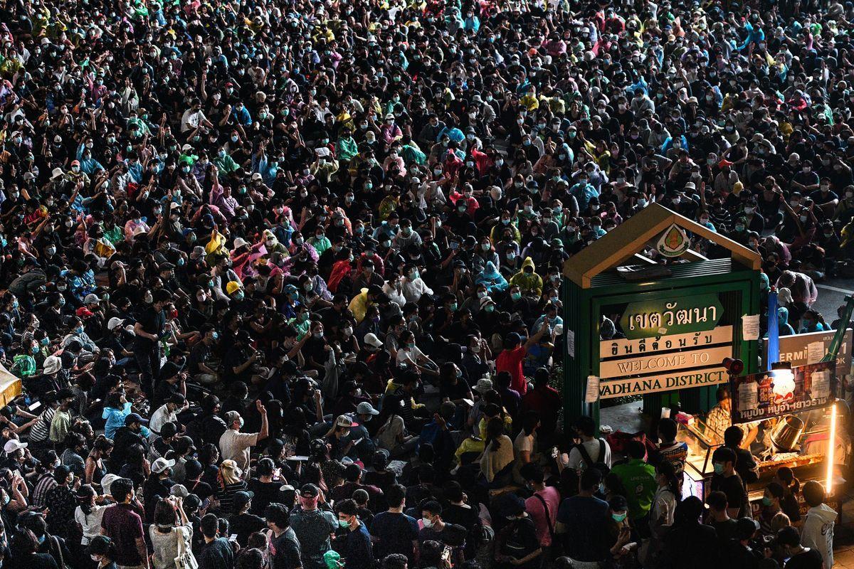 2020年10月18日,泰國學生和反政府抗議者繼續在街頭抗議,呼籲政府進行改革,總理巴育辭職。(MLADEN ANTONOV/AFP via Getty Images)