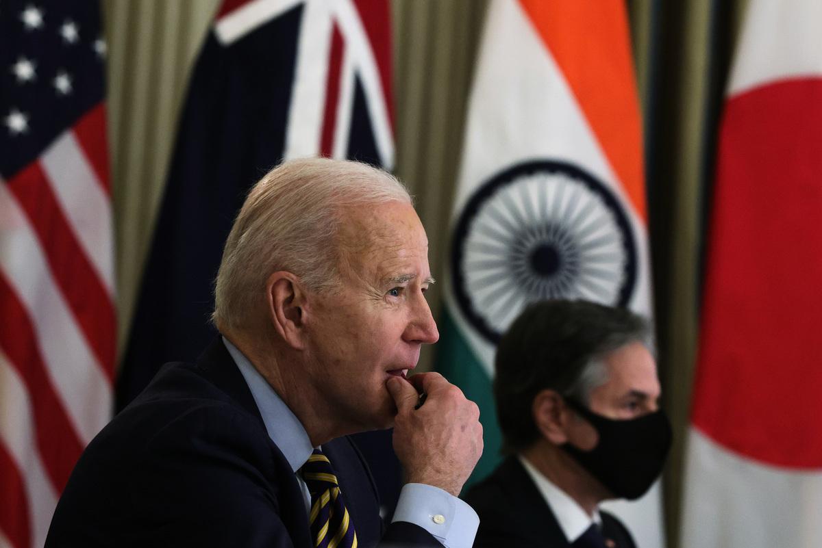 2021年3月12日,美國總統拜登(Joe Biden,左)和美國國務卿布林肯(Anthony Blinken,右)參加美、日、印、澳安全對話視像會議。(Alex Wong/Getty Images)