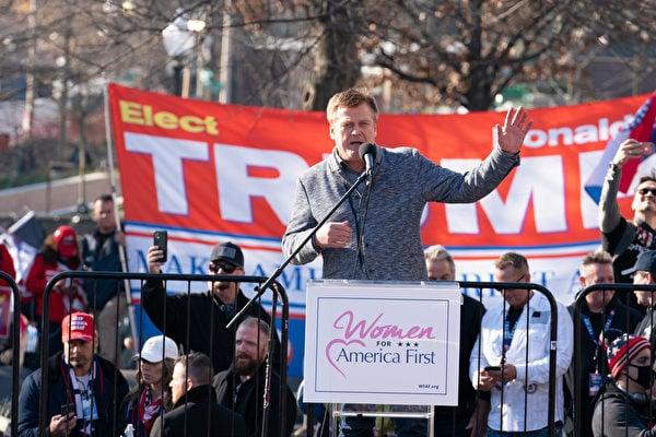 12月12日,數十萬來自美國各州的民眾聚集首都華盛頓DC,舉行盛大集會和遊行,要求「停止竊選(Stop The Steal)」,力挺特朗普總統。圖為美國大選欺詐的調查者帕特里克·伯恩(Patrick Byrne)在自由廣場的集會上發言。(石青雲/大紀元)