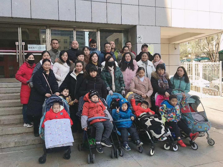 1日至6日,大陸各地二十餘名疫苗受害家長帶著孩子冒著嚴寒到北京衛健委上訪,要求盡早出台相關補償標準,受害兒童也齊聲喊話,維護自己的權益。(家長提供)