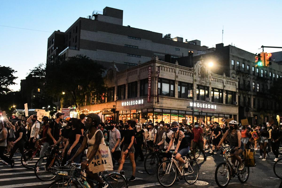 非裔男子喬治·弗洛伊德(George Floyd)之死引發的抗議活動進入第12天。圖為2020年6月6日,紐約的單車抗議者在穿過布魯克林。(Stephanie Keith/Getty Images)