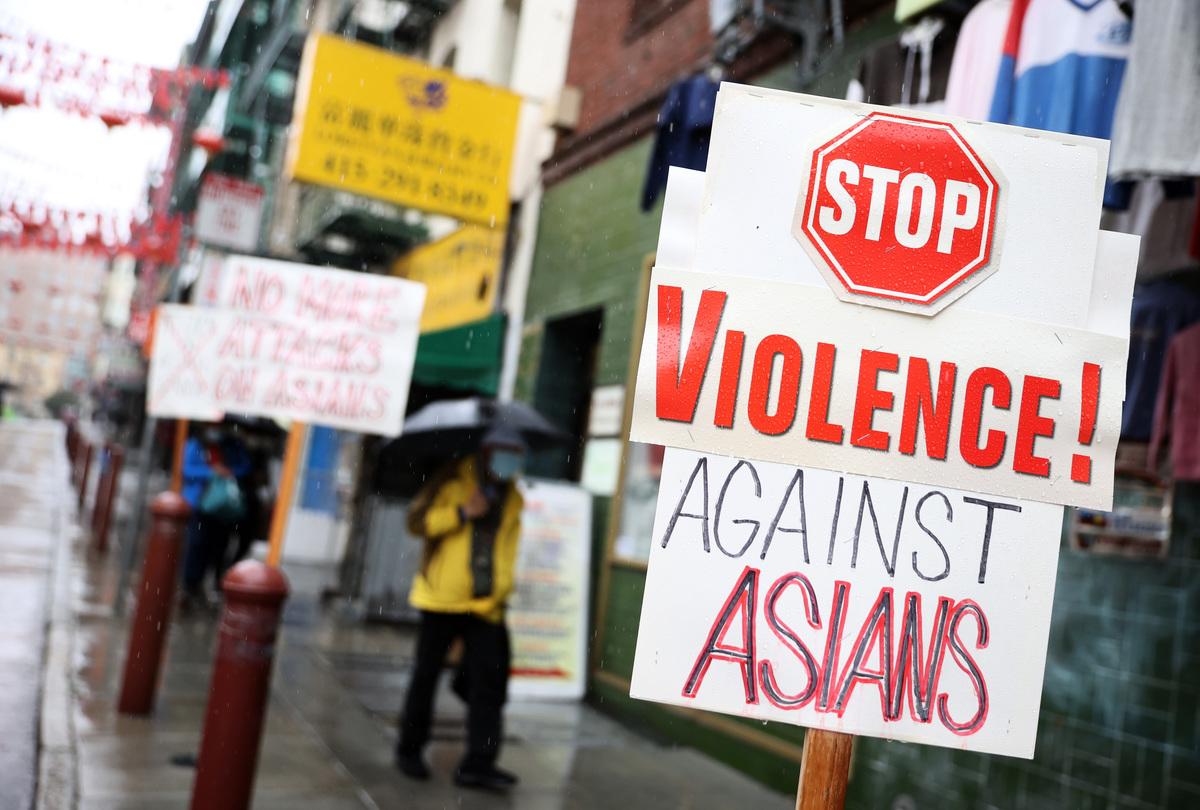 美國三藩市一名76歲華裔婦人在2021年3月17日遭一名白人男子攻擊。圖為2021年3月18日,三藩市中國城一家商店前設置的反暴力看板。(Justin Sullivan/Getty Images)
