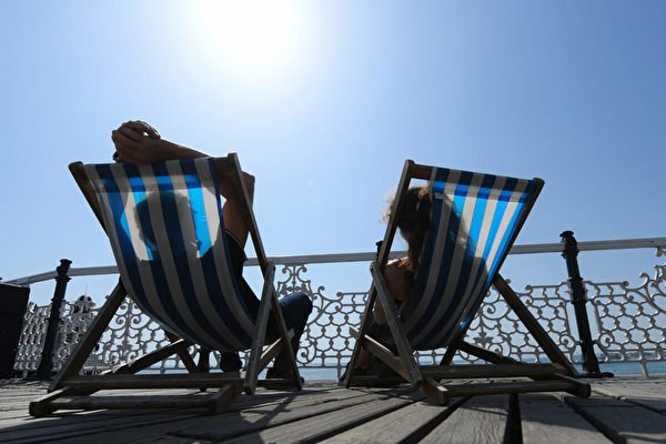 2019年7月23日,一對夫婦在英國布萊頓海灘享受陽光。(Mike Hewitt/Getty Images)