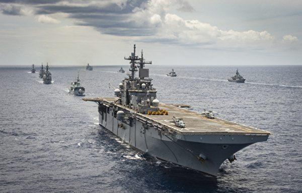 2020年8月21日,美軍兩棲攻擊艦領銜的各國軍艦在環太平洋(RIMPAC)演習中編隊航行。(加拿大皇家海軍)