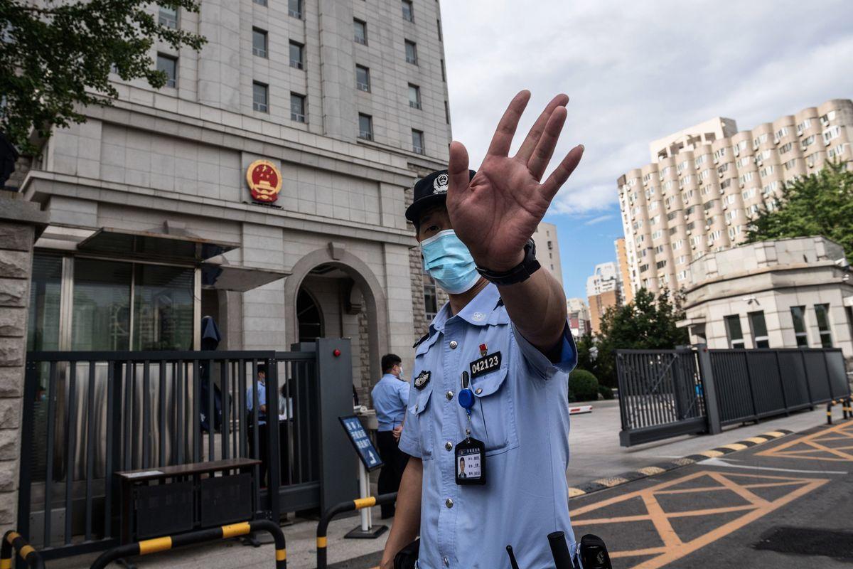 專家2020年10月14日表示,從被指控為所謂的「台諜」人選來看,中共這波操作的真正意圖,其實是為了對內宣傳。圖為中共公安。(NICOLAS ASFOURI/AFP via Getty Images)
