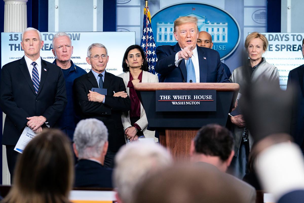 美國總統特朗普周一(3月16日)在白宮新聞會上(如圖)表示,他一直在關注外國編造中共病毒謠言,如果要予以反擊,將會是一個「重大行動」。(Official White House Photo by Tia Dufour)