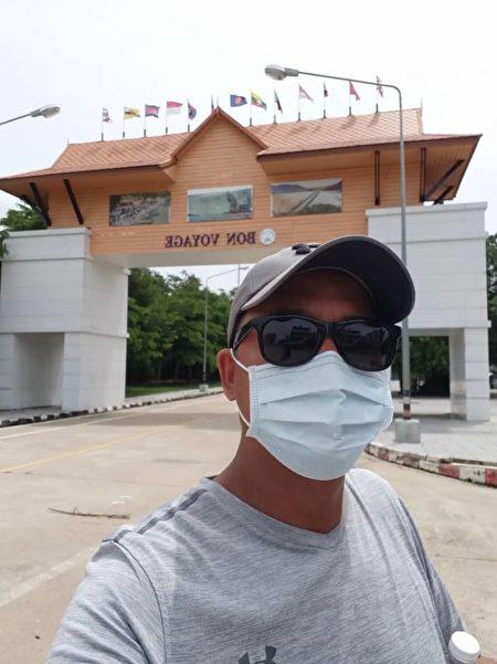 圖為段井剛在泰馬邊境關口,很多全部關閉。有護照都不能過。(受訪者提供)