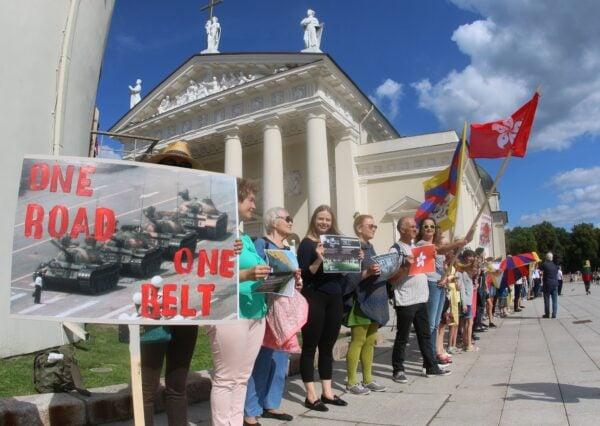 2019年8月23日,在前蘇聯加盟共和國立陶宛的首都維爾紐斯,當地民眾參加支持「香港之路」的組人鏈抗議活動。(Petras Malukas/AFP via Getty Images)