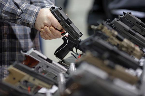 中共不少落馬官員除了貪腐之外,還被指「非法持有槍枝彈藥」的罪名。( DOMINICK REUTER/AFP/Getty Images)
