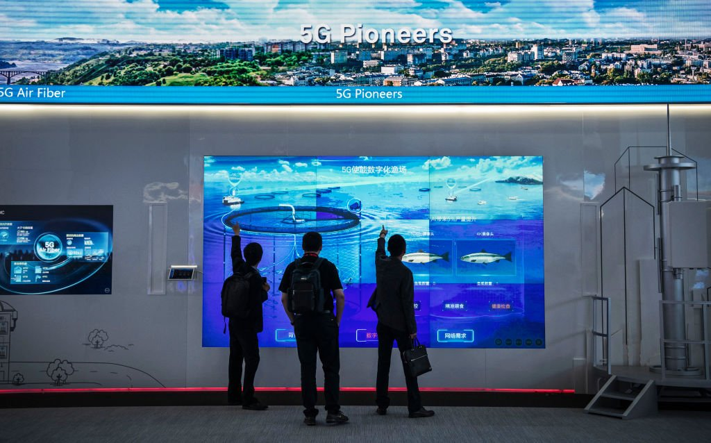 圖為4月26日,在華為位於深圳阪田的基地,客戶觀看華為5G技術展。 (Photo by Kevin Frayer/Getty Images)