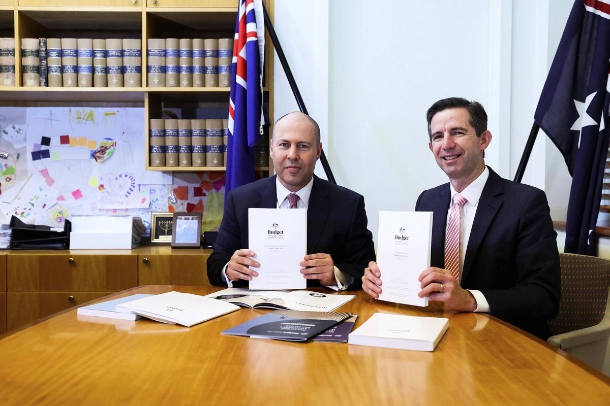 2021年5月11日,澳洲聯邦預算案出台。圖為財長弗萊登伯格(Josh Frydenberg)(左)和金融部長伯明翰(Simon Birmingham)(右)手持2021-22財年聯邦財政預算白皮書。(Dominic Lorrimer - Pool/Getty Images)