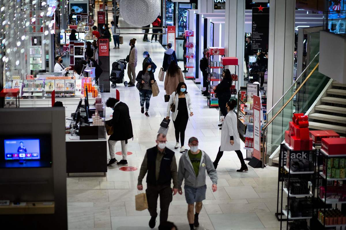 2020年11月27日,美國紐約,梅西百貨(Macy's)中的購物民眾。(KENA BETANCUR/AFP via Getty Images)