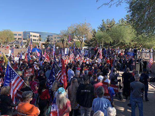 2020年12月19日,「制止竊選、支持特朗普總統」的集會活動在亞利桑那州首府鳳凰城舉行,多位議員發表演講。(姜琳達/大紀元)
