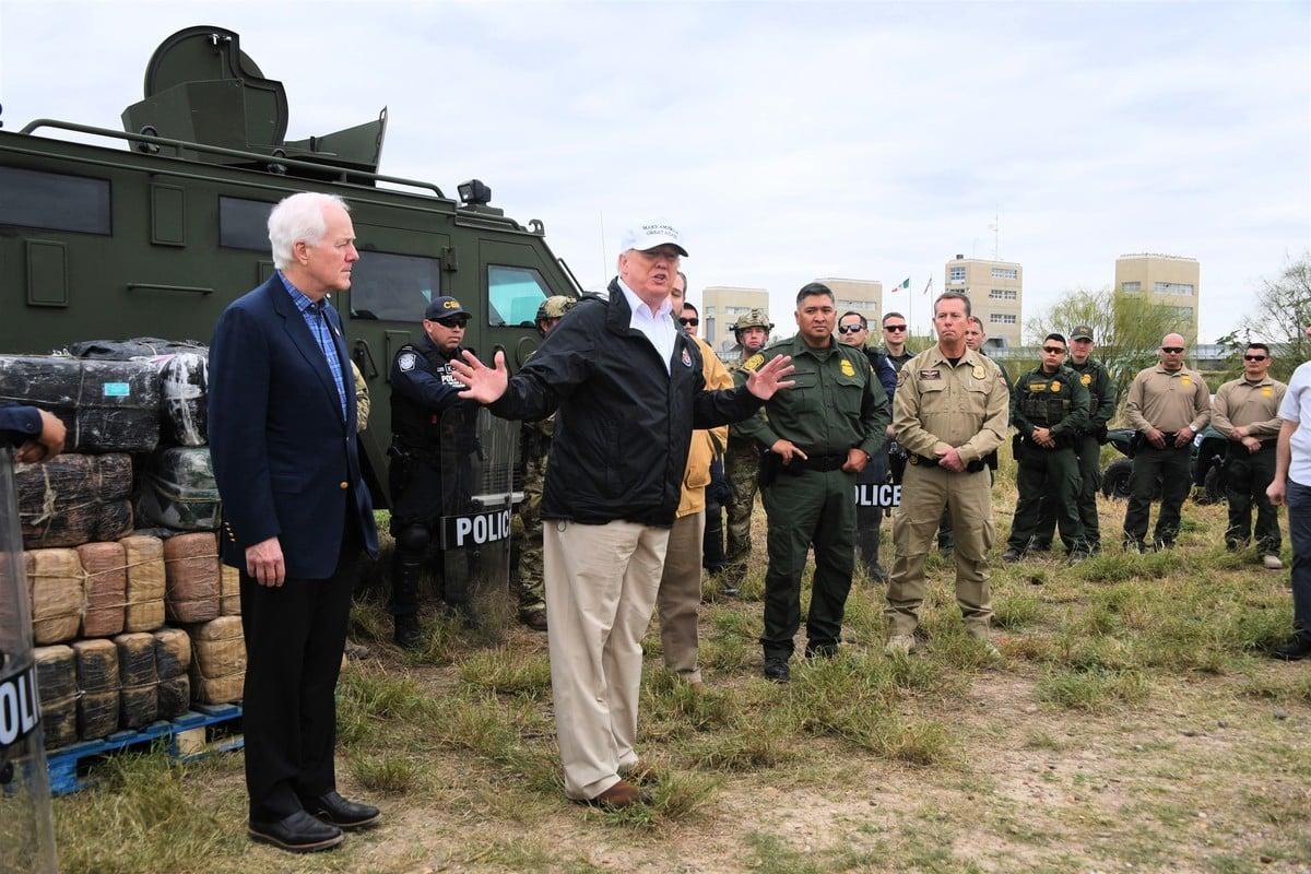 大選舞弊被媒體及外國勢力操縱。情報人員卡隆舉了一個主流媒體封鎖信息的親身經歷為例:2019年1月10日特朗普總統訪問德薩斯州麥卡倫市的邊境牆時(圖),他當時也在現場。由於主流媒體誤導,很多人誤以為少數人的群體是支持特朗普的,事實上大的人群才是支持特朗普的。(Jim WATSON/AFP)