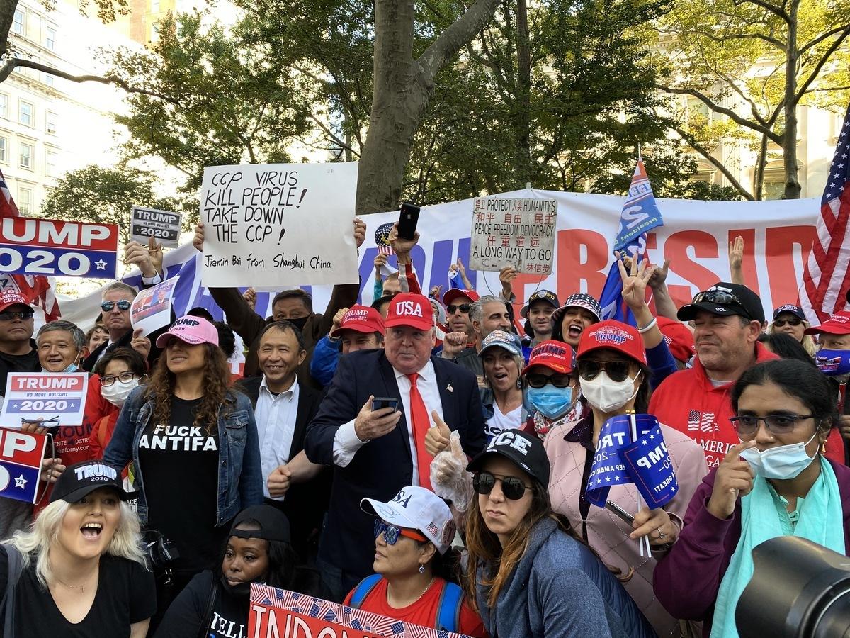 2020年10月21日紐約挺特民眾走上街頭遊行,表達對特朗普總統2020連任的支持。(施萍/大紀元)