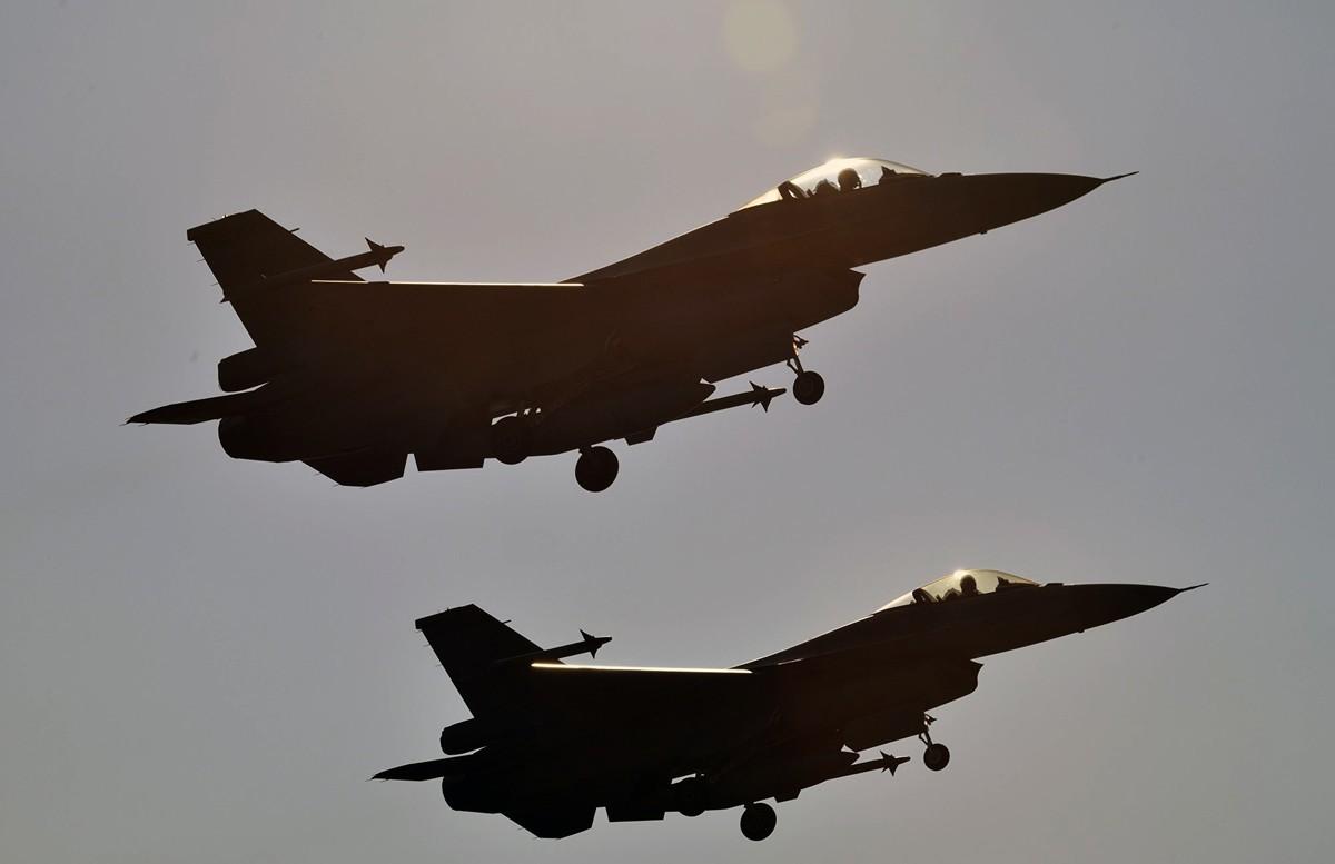 針對美國售台F-16V戰機案,儘管中共表達抗議,但美國國防部長埃斯珀說,美國將來還是會繼續軍售台灣。圖為2016年1月26日,台灣兩架F-16戰機飛行於嘉義上空。(SAM YEH/AFP/Getty Images)