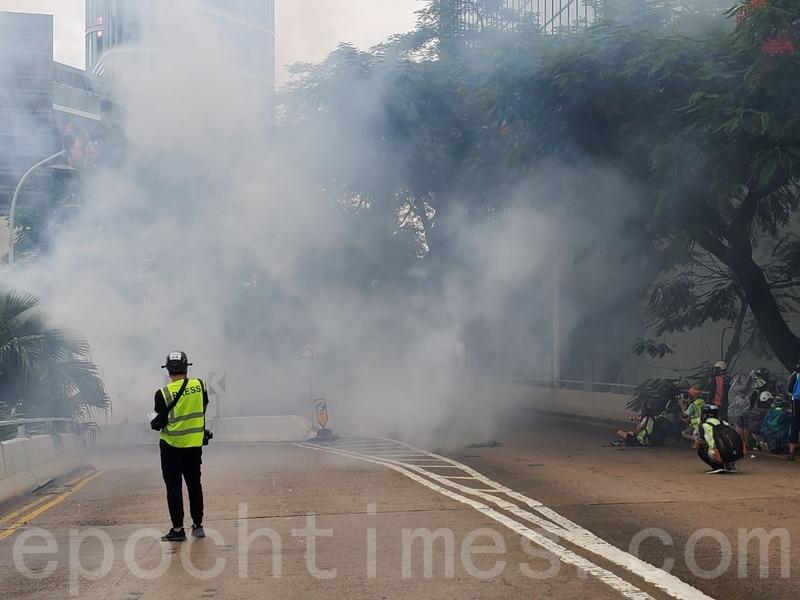 2019年10月6日,港人進行反緊急法大遊行。圖為警方在軒尼詩道發射催淚彈。(宋碧龍/大紀元)
