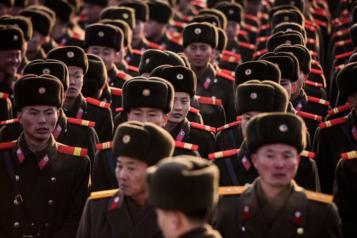 曾在北韓特種部隊服役的脫北者表示,北韓軍隊如果爆發中共肺炎,那將是北韓領導人金正恩最恐懼的事情。圖為2019年2月16日,北韓士兵聚集在平壤萬壽台大紀念碑前,準備向前領導人金正日的雕像致敬。(ED JONES/AFP via Getty Images)