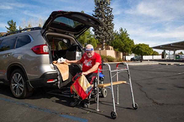 帕克大部份時間都仰賴輪椅,但依然肩負了照顧妻子的主要責任。(John Fredricks/大紀元)