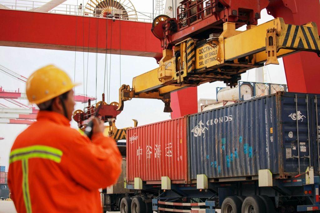 自貿易戰開打後,中共刻意淡化有關「中國製造2025」的宣傳,但被指背地裏動作。(STR/AFP/Getty Images)