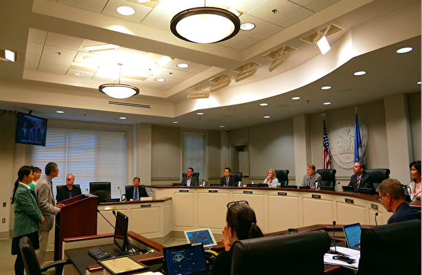 6月22日晚,美國維珍尼亞州費爾法克斯市(City of Fairfax)議會投票,一致通過一項決議案,譴責中共強摘器官。圖為市議會現場法輪功學員Kim(左三)在發言中。(李辰/大紀元)