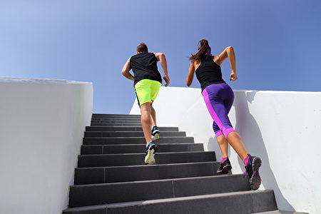 加快速度的階梯有氧可以在戶外完成而且不用花費。(Fotolia)