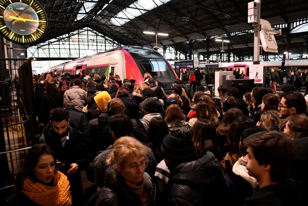 罷工期間,由於車次減少,巴黎Saint-Lazare火車站大巴黎地區城際列車的站台上擠滿了旅客。(BERTRAND GUAY/AFP via Getty Images)