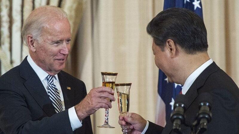 圖為2015年9月25日,中共國家主席習近平與時任美國副總統拜登在華盛頓的一次宴會上。(PAUL J. RICHARDS/AFP via Getty Images)