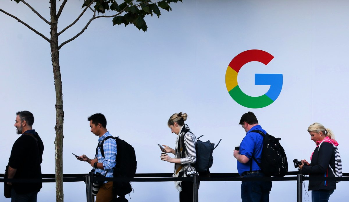 圖為加州矽谷人們排隊等待進入谷歌產品發佈會。(Elijah Nouvelage/AFP)