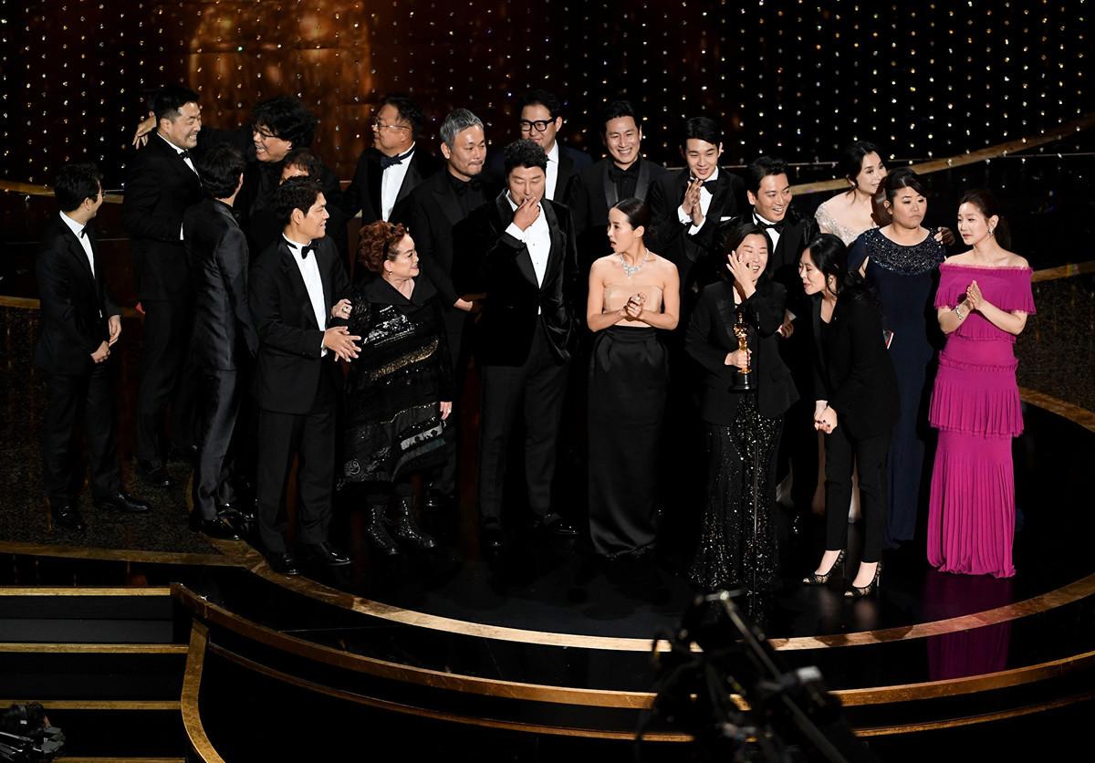 南韓電影《上流寄生族》(台譯:寄生上流)拿下最佳電影、最佳導演、最佳國際影片及最佳原創劇本四大獎項,成本屆奧斯卡最大贏家。(Kevin Winter/Getty Images)