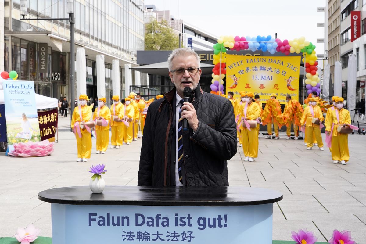 2021年5月8日,歐洲議員戛勒親臨法輪功學員在法蘭克福慶祝世界法輪大法日的活動並道賀。(曹工/大紀元)