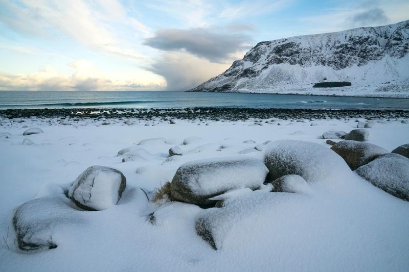 中共在北極地區加強活動正受到各方關注。俄羅斯主要媒體警告中共嚴守紅線,不要在北極挑戰俄羅斯的利益,但歡迎中國去北極地區投資。圖為北極圈內羅弗敦群島峽灣冰雪覆蓋的Unstad海灘。(OLIVIER MORIN/AFP/Getty Images)