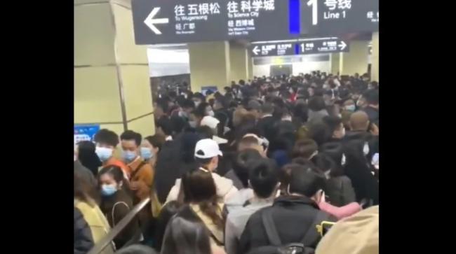 12月8日,成都疫情爆發,害怕「武漢封城」重演的人們匆忙外逃被堵。(影片截圖)