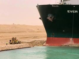 長榮貨輪堵塞蘇伊士運河 周五脫淺再告失敗